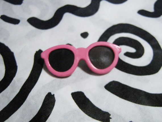 5939f70a68b Retro Fashion Pin Miniature Pink Sunglasses Brooch 80s New