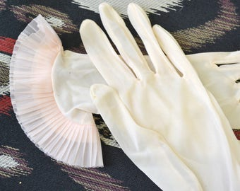 1950s Pale Pink Ruffled Hem Nylon Gloves