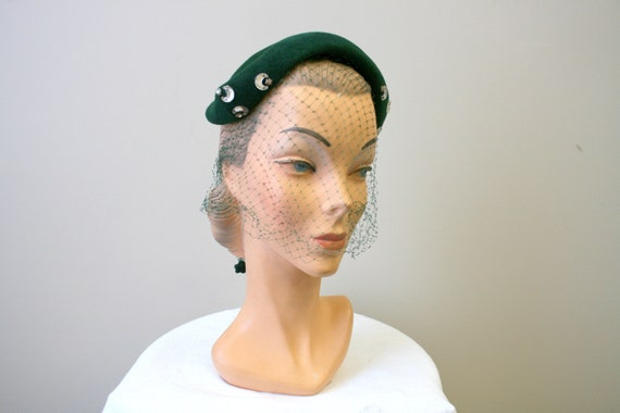 1940s Crescent Moon Green Capulet Hat with Veil