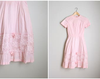 vintage 1950s dress - juniors pink cotton dress - 50s jr bridesmaid dress / 1950s pastel dress - full skirt lace and bows / 50s girls dress