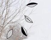 Leaf Suncatcher,Stained glass suncatcher,Black and white suncatcher,Black and white mobile, Art mobile,Hanging mobile,En Bleu et Verre