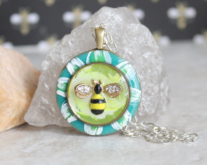 bee on daisy necklace, honeybee jewelry, bumblebee pendant, nature necklace, unique gift, bee necklace, gift for her
