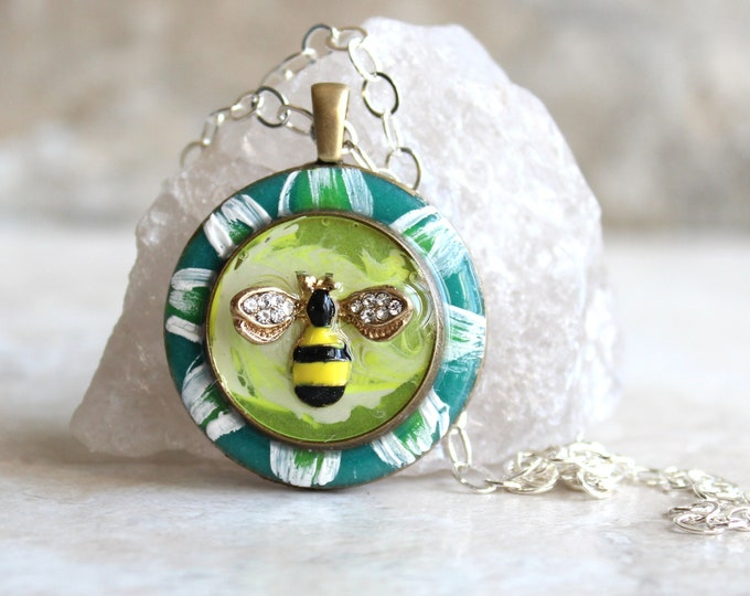 bee on daisy necklace, honeybee jewelry, bumblebee pendant, nature necklace, unique gift, bee necklace, gift for woman