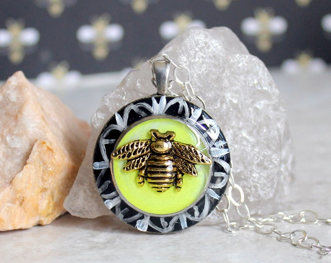 bee on daisy necklace, honeybee jewelry, bumblebee pendant, nature necklace, unique gift, bee necklace, boho jewelry, gift for her