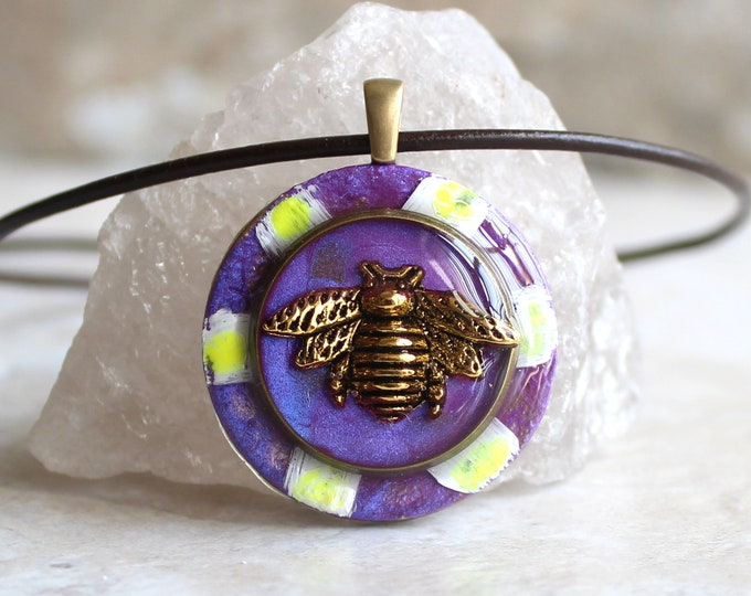 bee on daisy necklace, honeybee jewelry, bumblebee pendant, nature necklace, unique gift, bee necklace, purple flower