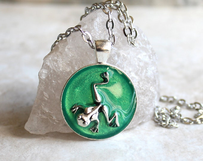 emerald green frog necklace with chain, frog jewelry, nature necklace, unique gift, woodland jewelry, frog pendant