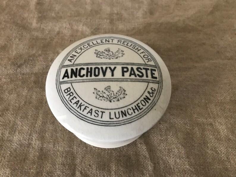 Boekenkast Basic Label.Huge Vintage Anchovy Paste Pot Lid Base Pottery Jar Vintage Home Vintage Decor