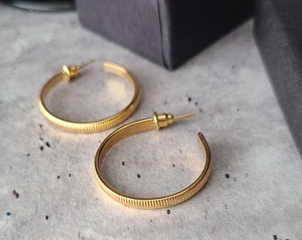boho vintage gold hoop earrings, croissant, round medium 1 inch hoops, chunky engraved hoops, dark academia jewelry, cottagecore jewelry,