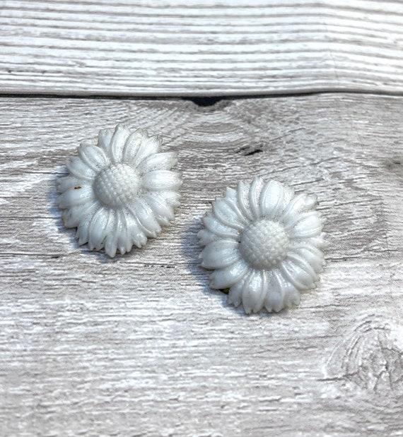 1960s Vintage White Plastic Daisy Earrings