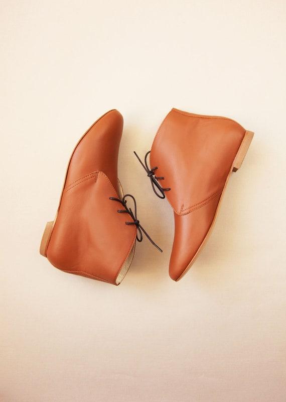 Die braunen Stiefeletten Cognac | Flache Schuhe für Damen | Kurze Ankle Booties in Cognacbraun Leder | Sofort lieferbar