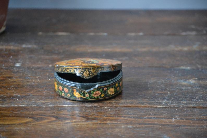 Oriental Round Lacquer Case  Horseback Hunting Gold /& Black  Vintage Dresser Box