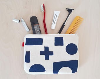 Men toiletry bag in blue handprinted by Olula. Perfect blue bag for shaving made of strong canvas. Use it, also, as a travel toiletry bag.