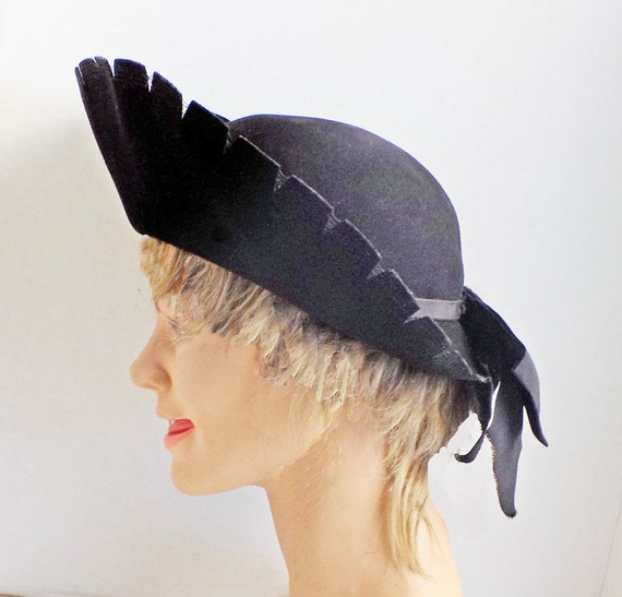 1930s -40s black felt Picture hat with notched bri