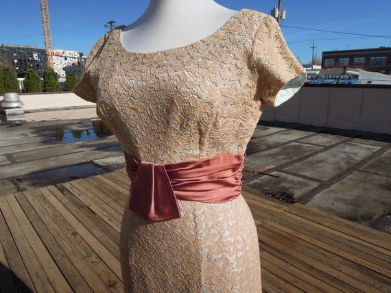 Vintage 50's fitted wiggle dress beige Floral lace