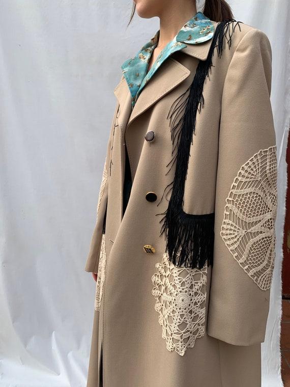 Trench coat beige LOLA DARLING con applicazioni all'uncinetto e frangia nera