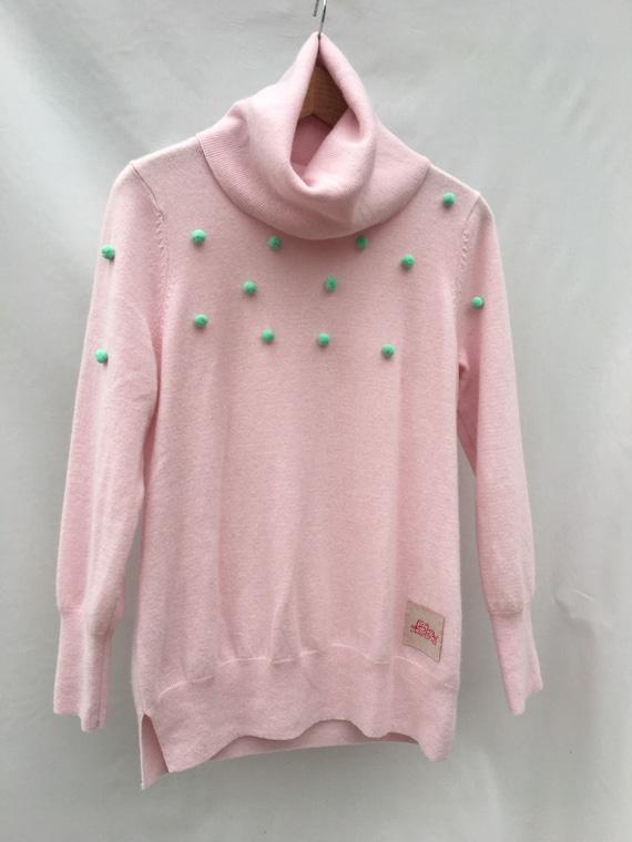 Maglia in Cachemire rosa riciclato con ricamo di pon pon in lana verdi Pull con grande collo alto