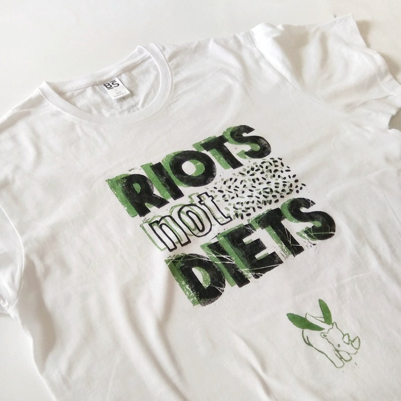 TSHIRT UNISEX handprinted motto riots not died-white with green quote