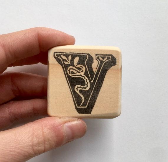 Tampon lettre gravé V pour Vipère, tampon artisanal, gravé lettre à la main, monté sur bois a79849