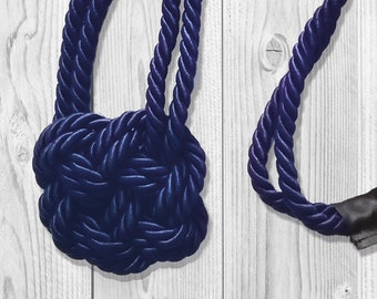 Necklace with double nautical knot