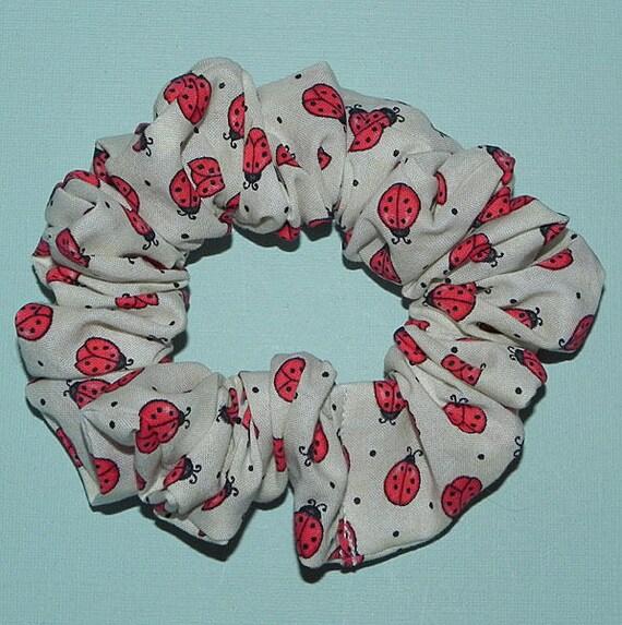 Coccinelles rouges vives noire petits pois blancs sur coton blanc crème chouchou pour cheveux à la main
