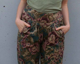 vintage HIGH WAISTED DaRk TaPeStRy FLoRAL pants xs - m