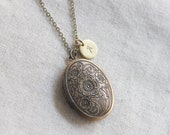 Personalized Vintage style Oval Locket, Custom Gold oval locket Initial disc Necklace, Gift for mom, Gift for Friend, Wedding Gift - S2065