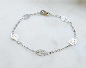 Simple leaf bracelet, Delicate Leaf Chain Bracelet, Layering Bracelet, Gift for mom, Gift for Friend, Wedding Gift, Gift idea  -S3104