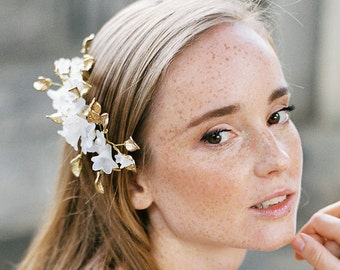 Golden hair comb for a woodlands bride, comb in gold with  leaves and diamonites, tender bridal headpiece, floral comb for a bride, rustic