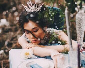 Allunda - Quarz-Krone, ungewöhnliche Tiara für eine Braut, Braut Aussage Kopfstück, Braut Haarschmuck, Spiel der Throne inspiriert
