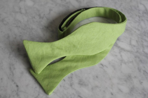 Bow Tie in solid green linen - Groomsmen and wedding tie - clip on, pre-tied with strap or self tying