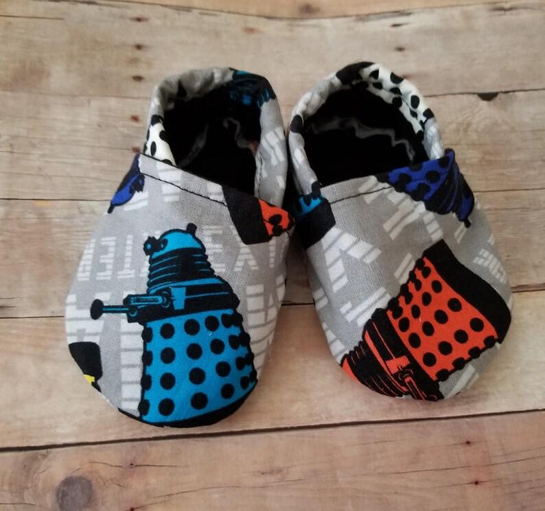 3b5fc39860306 Booties Crib Shoes Tardis Who Who baby Dalek Baby   Etsy