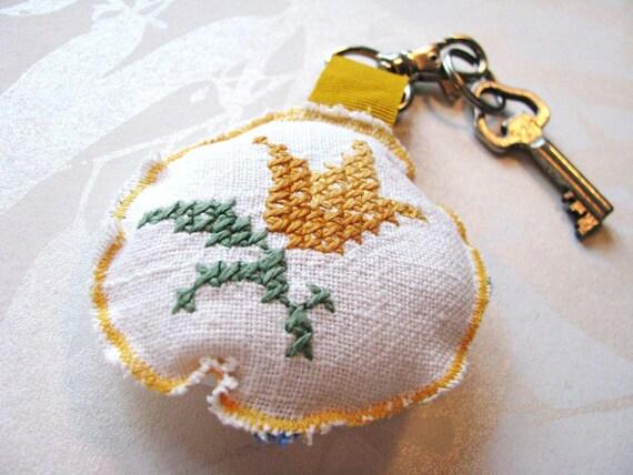 VENTE - floral trousseau - rond Croix moutarde vintage cousu repurposed sac cadeau de charme - cadeau de fête des mères - pour elle