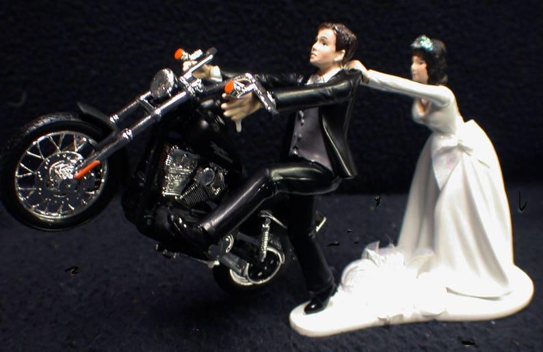 ff13ef5fee37d Motorrad-Hochzeitstorte W / Sexy schwarze Harley-Davidson lustige Bräutigam  oben weiß Blond, Braun Haare Braut. Schwarze afrikanische amerikanische ...