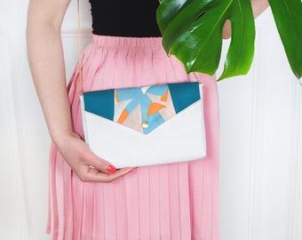 Bernadette: sac à main en toile de lin écru et coton imprimé tropical bleu et vert émeraude, anse chaînette dorée.