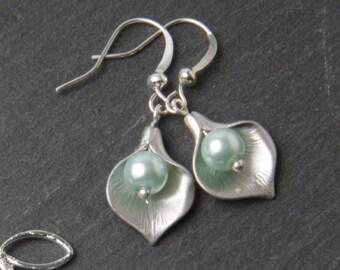 Mint calla Bridesmaid earrings, Silver calla lily earrings, Mint wedding earrings, bridesmaid gift, mint pearl earrings, calla jewelry
