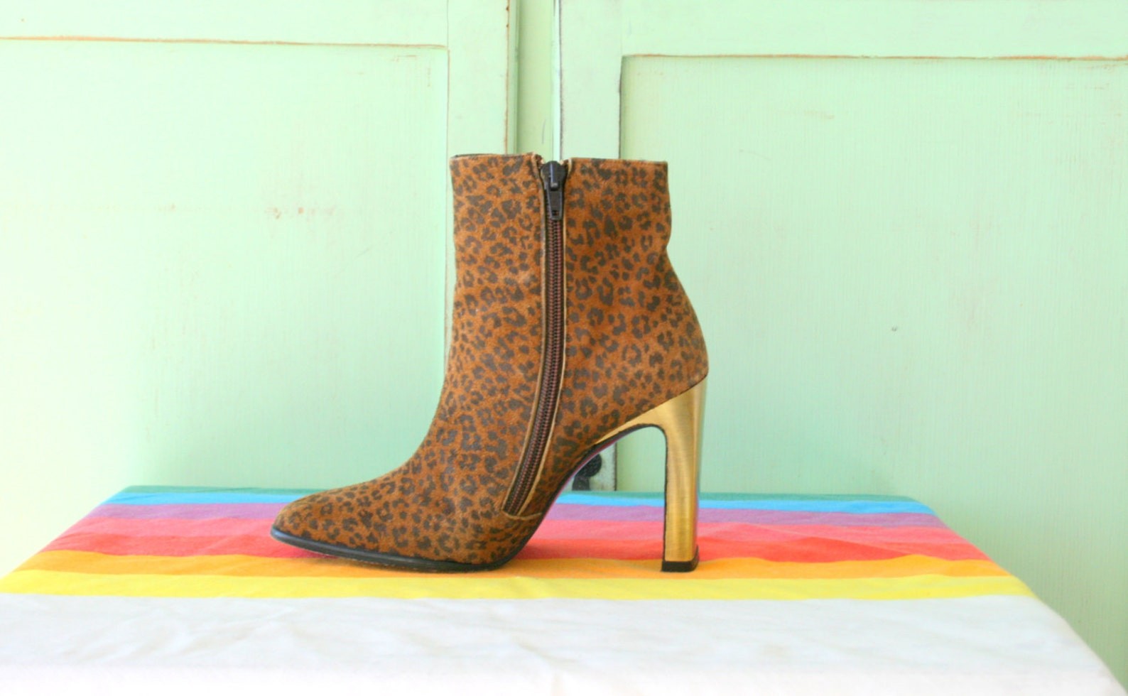 1980s leopard boots...leather. flats. 1980s. hipster. retro. closed toed. dancing. ballet. indie. animal print. heeled boots. st