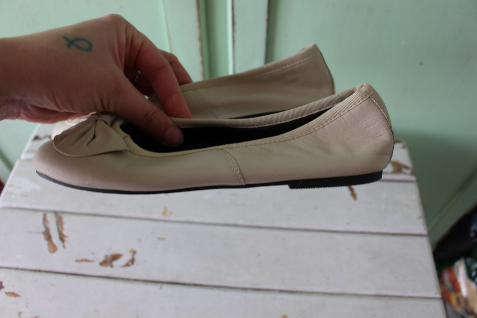 1980s creamy sam and libby flats...size 4 womens...adorable. bow. retro. boho. leather flats. 80s flats. ballet. shoes. designer