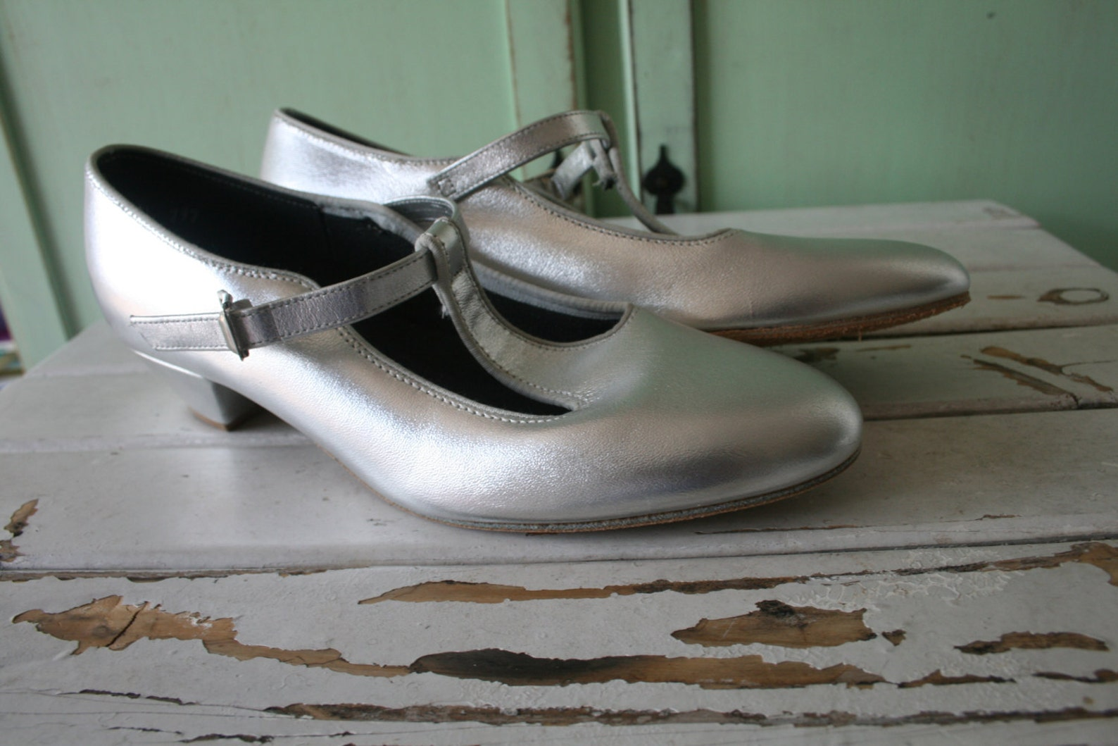 1980s silver leather tictactoe flats...size 7.5 womens...mod. tictactoes. 1980s. hipster. retro. new vintage. dancing. ballet. i