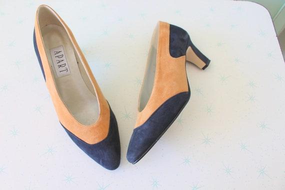 Vintage DESIGNER SUEDE Heels...size 6 womens..heel