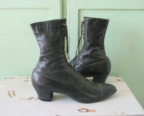 Antiguas botas de cuero mujer — Fotos de Stock