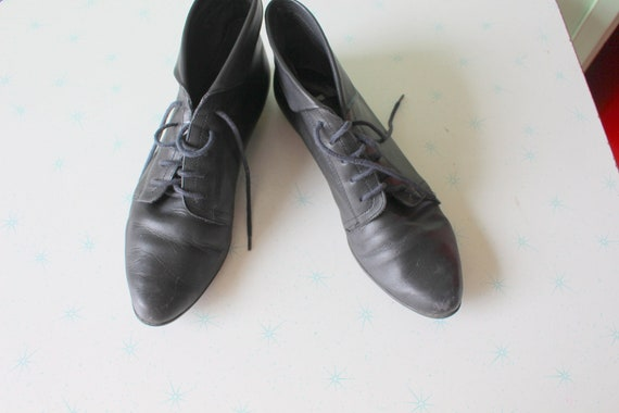 Vintage 9 AND COMPANY Black Leather Boots...size 7
