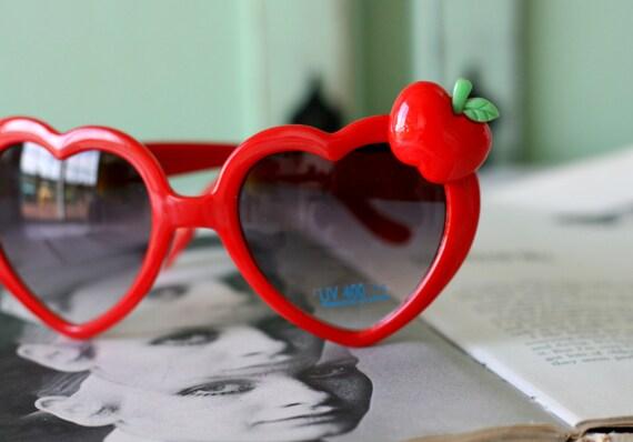 d8ea8f4a26b1ff ROUGE coeur pomme lunettes de soleil... à la main. rétro.   Etsy
