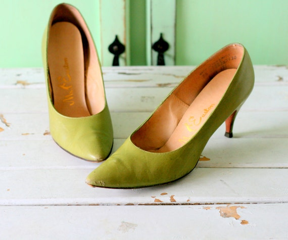 1960s OLIVE Heels..size 7.5 womens..mad men. close