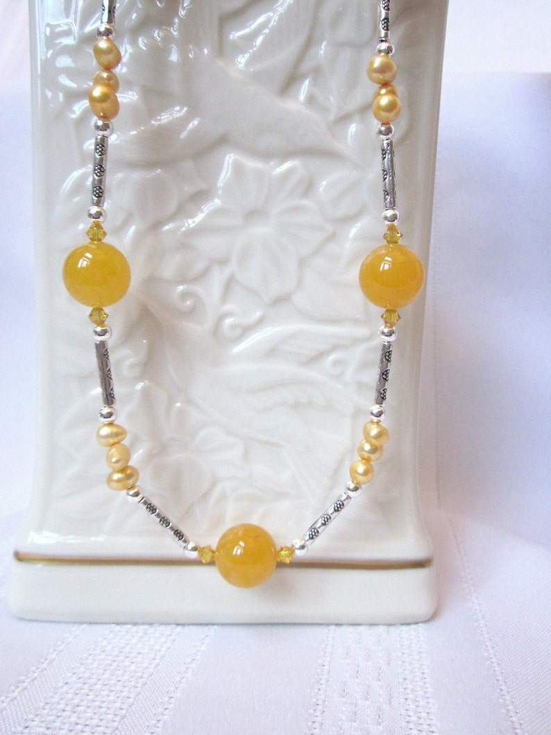 da23de6de008 Set de collar de ágata de color amarillo-naranja con cristales