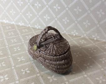 Dollhouse 1:12th scale Lidded Picnic Basket