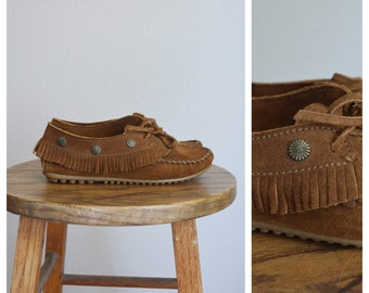 vintage minnetonka brown swuede moccasin / driving shoe moccasin / size 6 womens US minnetonka native moccasin
