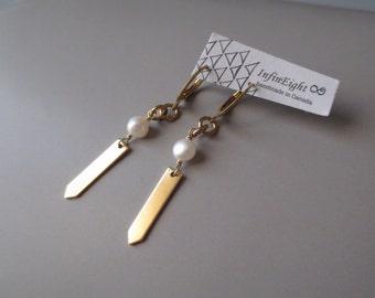 Falgar - Modernist Brass & Pearl Earring; Hoop Sleeper Earrings; Tab Arrow Long Drop Geo Geometric (Boucles d'oreille perles) by InfinEight