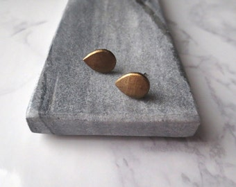Dew - Tear Drop Tiny Brass Stud Earrings; Dark Gold Handmade Clay Small Geo; Geometric Posts (Boucles Laiton / Ohrstecker) by InfinEight