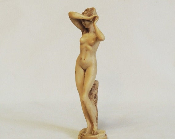 """Vintage 8.5"""" Nude Woman Statue.. Made In Greece.. Fine Detail"""