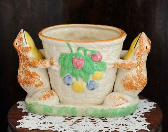 Vintage Whimsical Japanese Majolica Vase.. Sponge HAND PAINTED FROGS.. Made In Japan